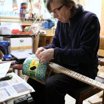 Arvostettu muusikko uupui ja jäi sairauslomalle – alkoi sitten nikkaroida soittimia kierrätystavarasta ja löysi mielenrauhan
