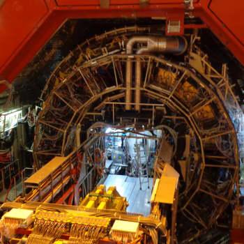 Maailmankaikkeuden alkuhetkien kvarkkigluoniainetta tuotetaan ja tutkitaan CERNin ALICE-kokeessa