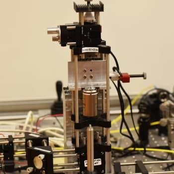 Fysiikan Nobel 2018 laserfysiikkaan: tutkijat kehittivät optisen pinsetin ja lyhyet voimakkaat laserpulssit