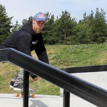 Lautailumestari Roope Tonteri korkkasi Kouvolan uuden skeittipuiston