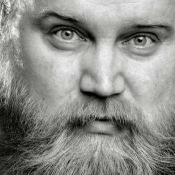 Peter Lindholm teki mystisestä Gösta Sundqvistista musiikillisen draaman Radio Suomeen