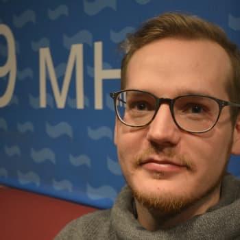 Radio Suomi Lahti: Palkitun korumuotoilijan työ on arkista puurtamista – Lauri Eno ei myy korujaan korulauseilla