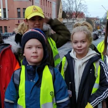 YLE Helsinki: Koululaisten vanhemmat ajavat kiihkeästi liikennemuutoksia Tehtaankadulle