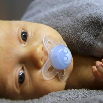 YLE Helsinki: Vauvan selittämättömät itkut voivat helpottaa lempeällä kosketuksella ja hieronnalla