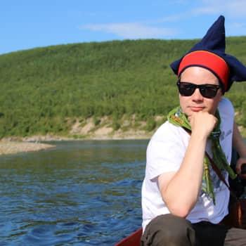 """Sunnuntaivieras: Taiteilija Niillas Holmberg: """"Tenon uusi kalastussopimus uhkaa saamelaisten hyvinvointia"""""""