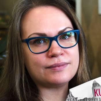 Kultakuume: Runoilija Sirpa Kyyrönen kirjoittaa äitiydestä ja naiseudesta