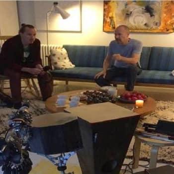 YLE Helsinki: Rinneradio vetää intiimin keikkasarjan Tapani Rinteen olohuoneessa