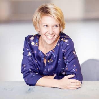 Kirjakerho: EU:n kirjallisuuspalkinnon saanut Selja Ahava kertoo kirjastaan Taivaalta tippuvat asiat