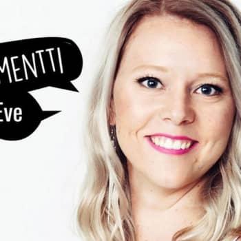 YleX Etusivu: Mieskolmikko haistatattelee YleX:n toimittajalle Rajat kiinni -mielenilmauksessa