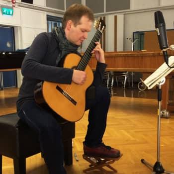 M-studio: Jean Sibelius (sov. Ismo Eskelinen): Humoreski kok. 13 kappaletta pianolle op. 76 (Ismo Eskelinen, kitara)