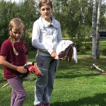 YLE Tampere: Tytöt päättivät järjestää keppihevoskisat