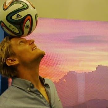 """Puheen Iltapäivä: Minun jalkapalloni - selostaja Tero Karhu: """"On siistiä nykyään käydä pelaamassa futista kavereiden kanssa puistoissa"""""""