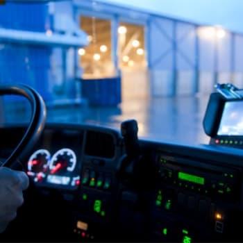 Tauko: Jäteauton kuljettaja selviytyy ahtaissakin paikoissa