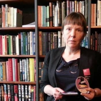 Yövieras: Lukuvalmentaja Maria Kotila johdattaa lukemisen ihmeisiin