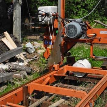 Metsäradio.: Pertti Pukarisen keksintöjä katsomassa