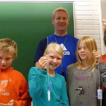 Yle Perämeri: Kirkonmäen koulun nelosluokkalaiset loistavat liikenteessä