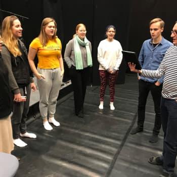 Musiklinjen vid Vasa Övningsskola gör dramatisk och känslosam musikal
