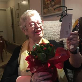 """Porissa jaetaan sata joulukukkaa yksinäisille vanhuksille - 84-vuotias Ritva Pelttari: """"Tästä tulilatvasta tulee mulle kaveri"""""""