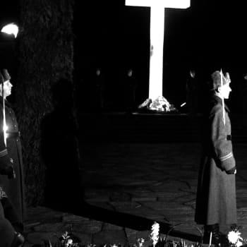 Hedersbevisning vid Marskalk Mannerheims grav 1956