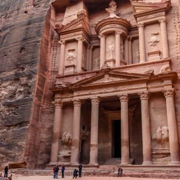 Tarunhohtoinen rauniokaupunki Petra - kuinka hiiltyneet papyrukset paljastivat salaisuutensa kerros kerrokselta
