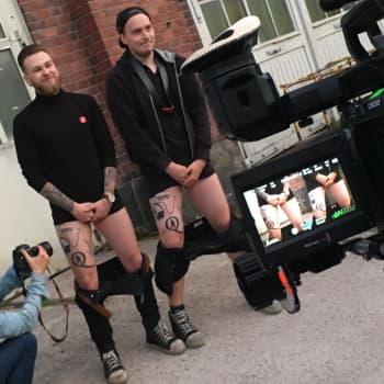 Työtoveruus, Toto ja tatuoinnit — Porilainen työyhteisö yllätti kaksi jäsentään SuomiLOVEn merkeissä
