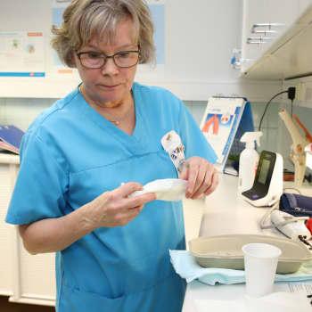 Hoitajana viidettä vuosikymmentä – Tuula Mäenpää, 64, ei malta lopettaa työtään edes eläkeiässä