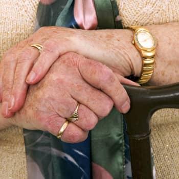 """""""Vi får acceptera och göra det bästa av situationen"""" säger äldre som hamnat i karantän"""