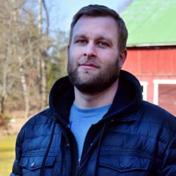 Familjen Pihlström jobbar och går i skola i Nyland - men bor i Egentliga Finland