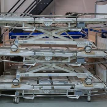 Sairaalasänkyjä tehdään Kempeleessä nyt useissa vuoroissa koronan vuoksi