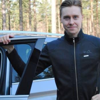 Rallyföraren Emil Lindholm från Ingå studerar och nottränar