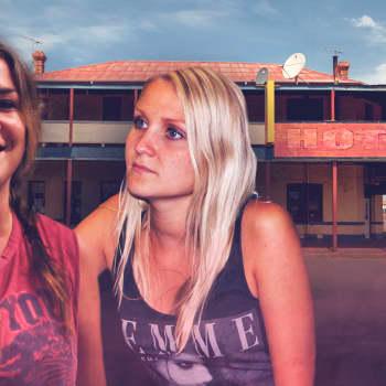 Australialainen dokumentti kahdesta suomalaisesta nuoresta naisesta, jotka päätyvät töihin baariin Australian takamaille