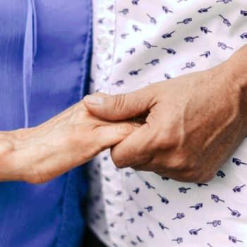 """""""Toivottavasti pääsen vielä halaamaan Liisaa"""" - koronakuri on tuonut raastavan ikävän osaksi monen elämää"""