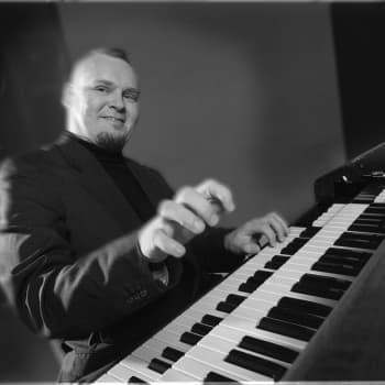 Valokiilassa pianisti-säveltäjä John Lewis
