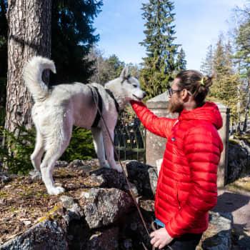 Från gravgården till Walden och Kvarnåsens topp - på påskvandring med författaren Bosse Hellsten i Lovisa