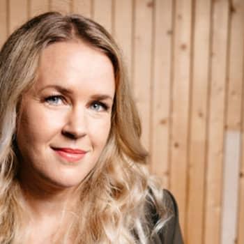 Tinder bland finlandssvenskar. En samtalsrobot med stadsdirektörens röst ringer upp lovisaunga för att fråga hur de mår