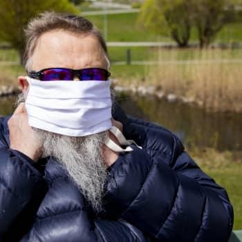 Ansiktsskydd av tyg skyddar främst andra, och polyester är bättre än bomull
