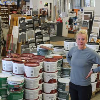 """Färg och tapeter säljer som smör i solsken: """"Vi var inställda på att stänga butiken men nu har vi mer folk än någonsin"""""""