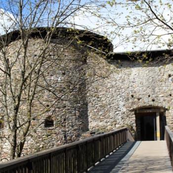 På Raseborgs slott pågår jobbet för fullt med att förnya en gångbro och stöda en port