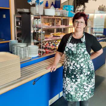Annette Sillfors hoppas att kunderna vågar komma till hennes café i Borgå huvudbibliotek igen