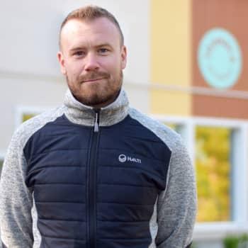 Föräldern Patrik Grönberg hoppas att daghemmet i Störsvik i Sjundeå fortsätter även om företaget Touhula lägger ner verksamheten