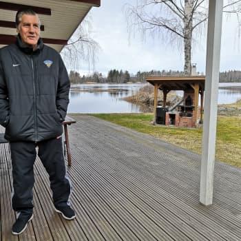 Veli-Pekka Ketola, 72, on ollut eristyksissä jo yli kaksi kuukautta — Kiekkolegendasta tuli kasvot ikäihmisten eristäytymiselle