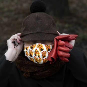 Hygieniahoitaja: Maski puetaan aina puhtain käsin eikä sitä tule kauppareissulla kosketella