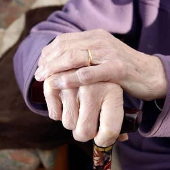 Vanhusten kuolemat hoitolaitoksissa puhuttavat - mikä meni pieleen koronaan varautumisessa?