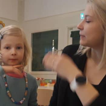 """Barn i Pedersöre får lära sig stödtecken: """"Det är till nytta för alla"""""""
