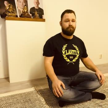 """Buddhalainen Sauli Hirvonen on medioitoinut 12 vuotta - """"Mielen kanssa työskentely on tärkeää hektisessä maailmassa"""""""