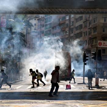 Hongkongissa opiskelijat puolustavat polttopulloilla demokratiaa -  poliisi valmiina ampumaan kovilla