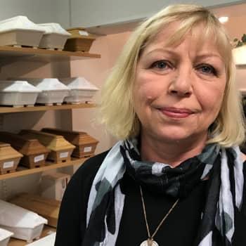 Suomalaiset luottavat perinteisiin hautajaisissaan - hautausalan kilpailu on kireää