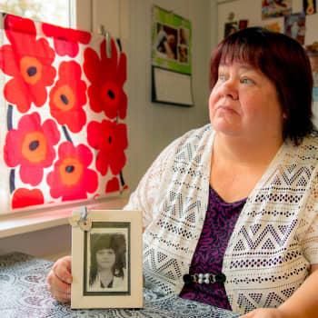 Henkirikosten uhrien muistoksi lasketaan veteen punaisia ruusuja
