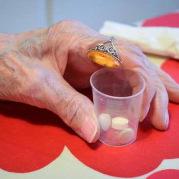 Lääkkeiden murskaaminen voi olla kohtalokasta - iäkkäiden lääkinnässä parannettavaa