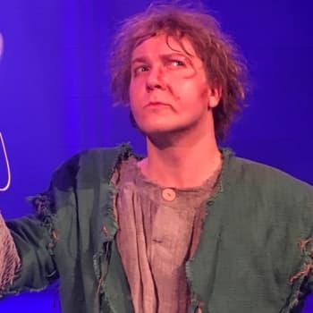 Kellonsoittajaa näyttelevä Petrus Kähkönen kantaa mukanaan pientä tuuletinta
